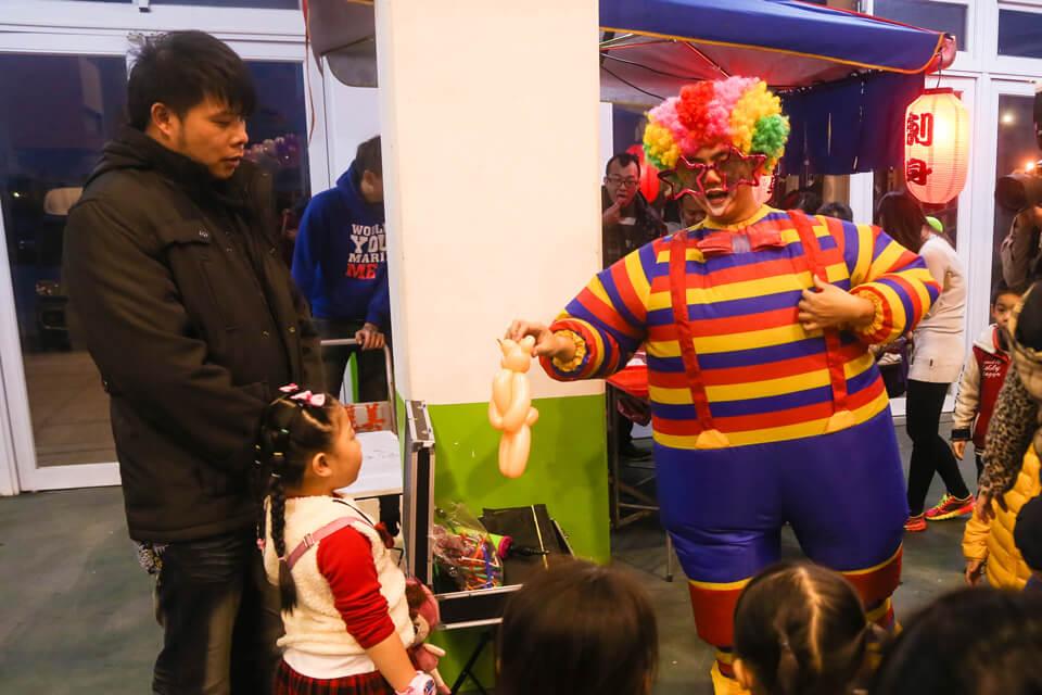 賓客陸續進場了,小丑哥哥折著氣球,小朋友們都好開心哦~