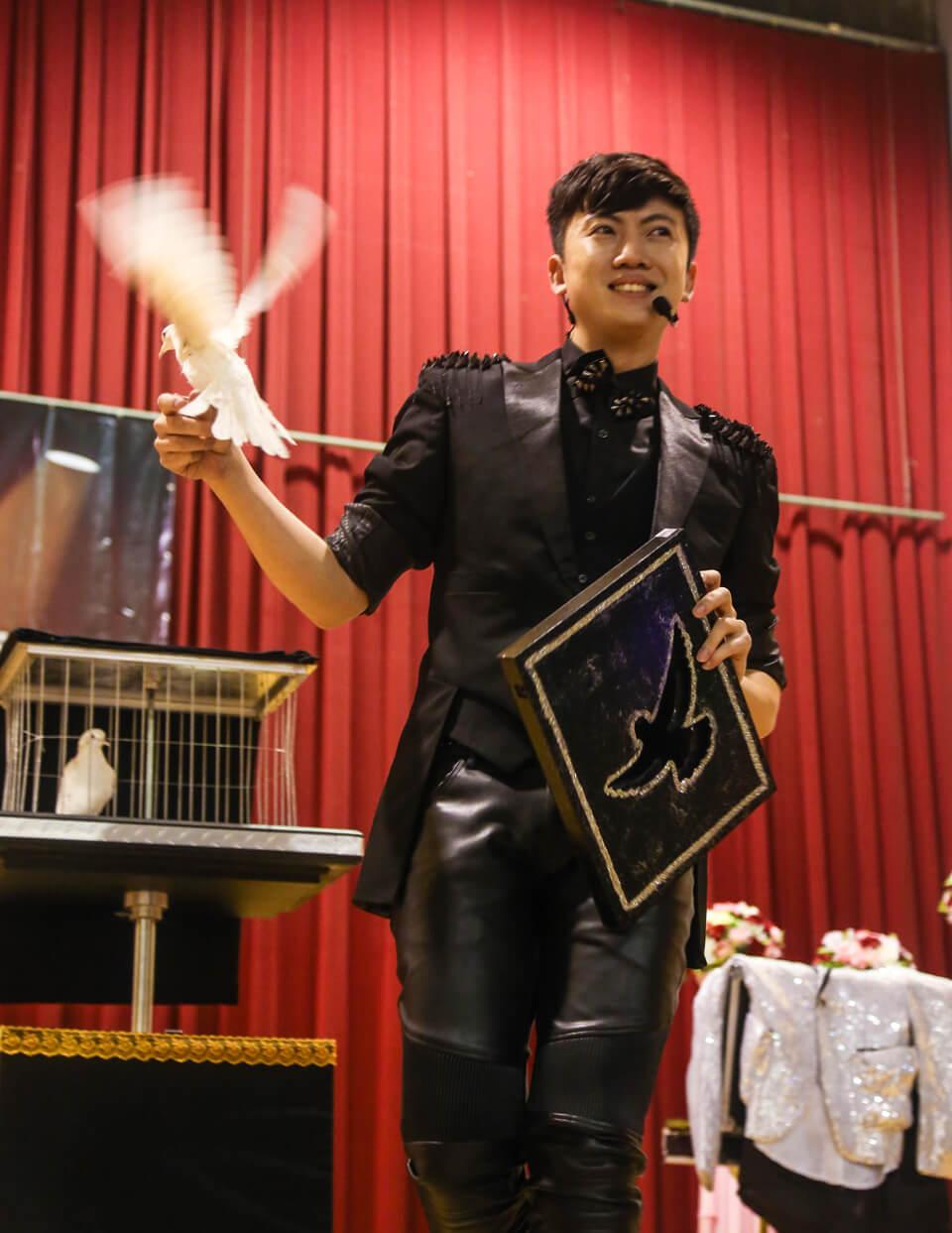 魔術師變出鴿子的瞬間,台下滿是觀眾的驚嘆聲!!