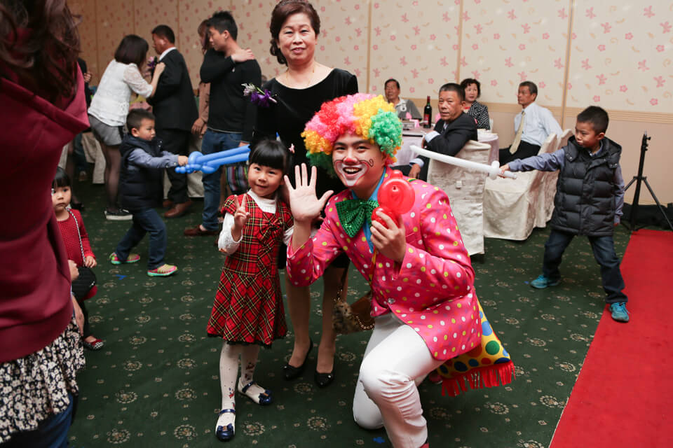 米爾可魔術表演娛樂團隊今天來到的是今天是裕萍跟筱玫的大喜之日噢~