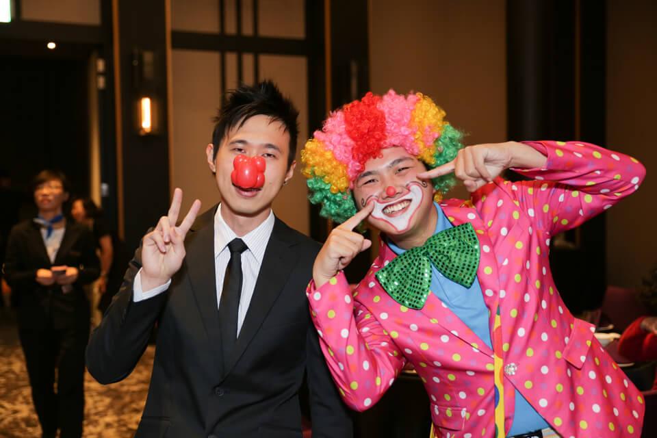 哎呀,這不是小丑哥哥嗎?旁邊那個是....小丑哥哥的孿生兄弟嗎?XD