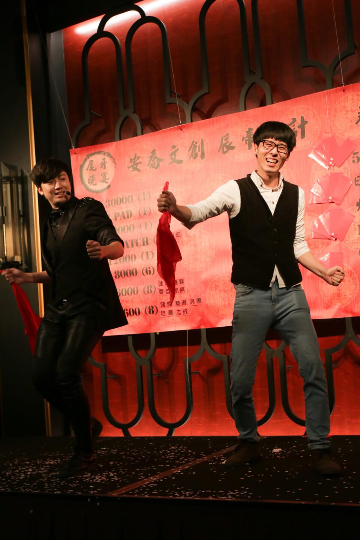 看圖中這位先生就知道~我們的互動魔術可以逗得大家開懷大笑!!