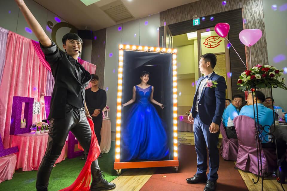 今天米爾可魔術表演團隊來到鎧任與珮珊的婚禮之中,當新郎把新娘從閃閃發亮的神秘箱子變出來的那一霎那,場上傳來觀眾的驚呼、觀眾的讚嘆