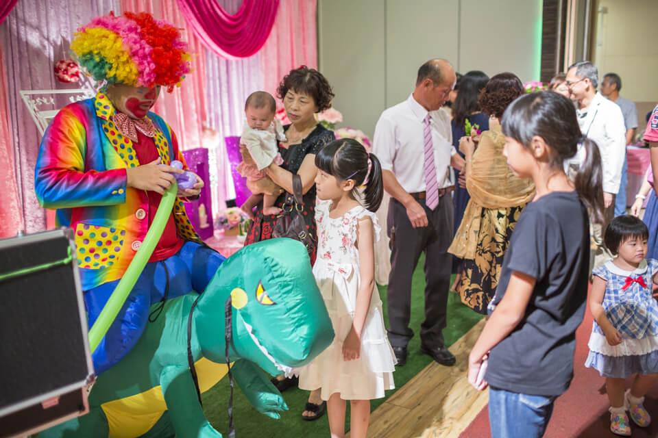 不管是大人小孩都搶著要跟「騎」著恐龍的小丑哥哥拍照拿氣球