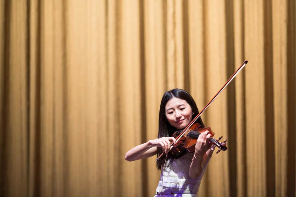 當賓客開始享用起宴席時,美麗的小提琴師也開始演奏起優美的樂曲