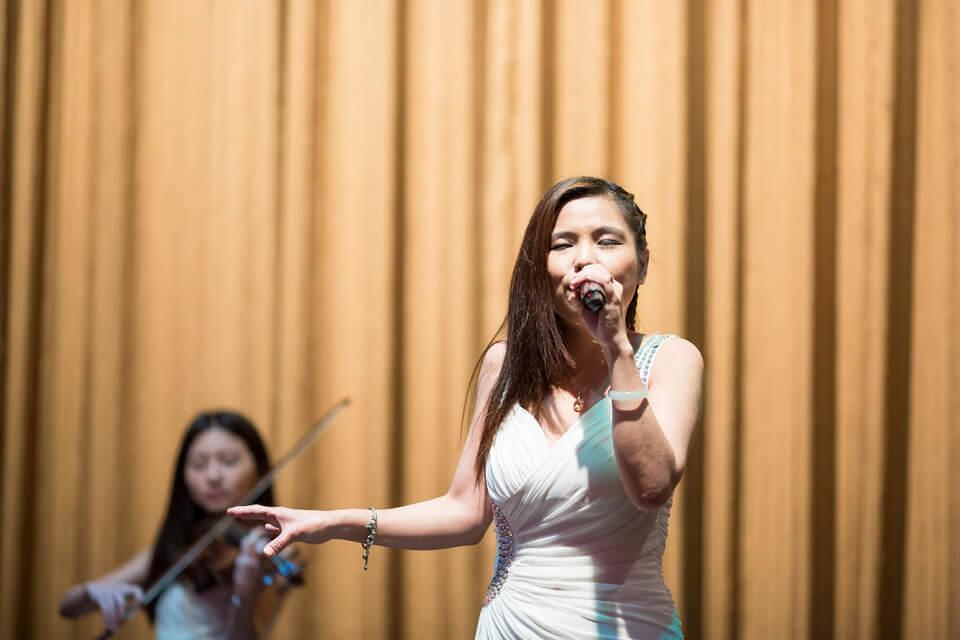 幾首輕音樂後,本樂團的歌手也開始演唱