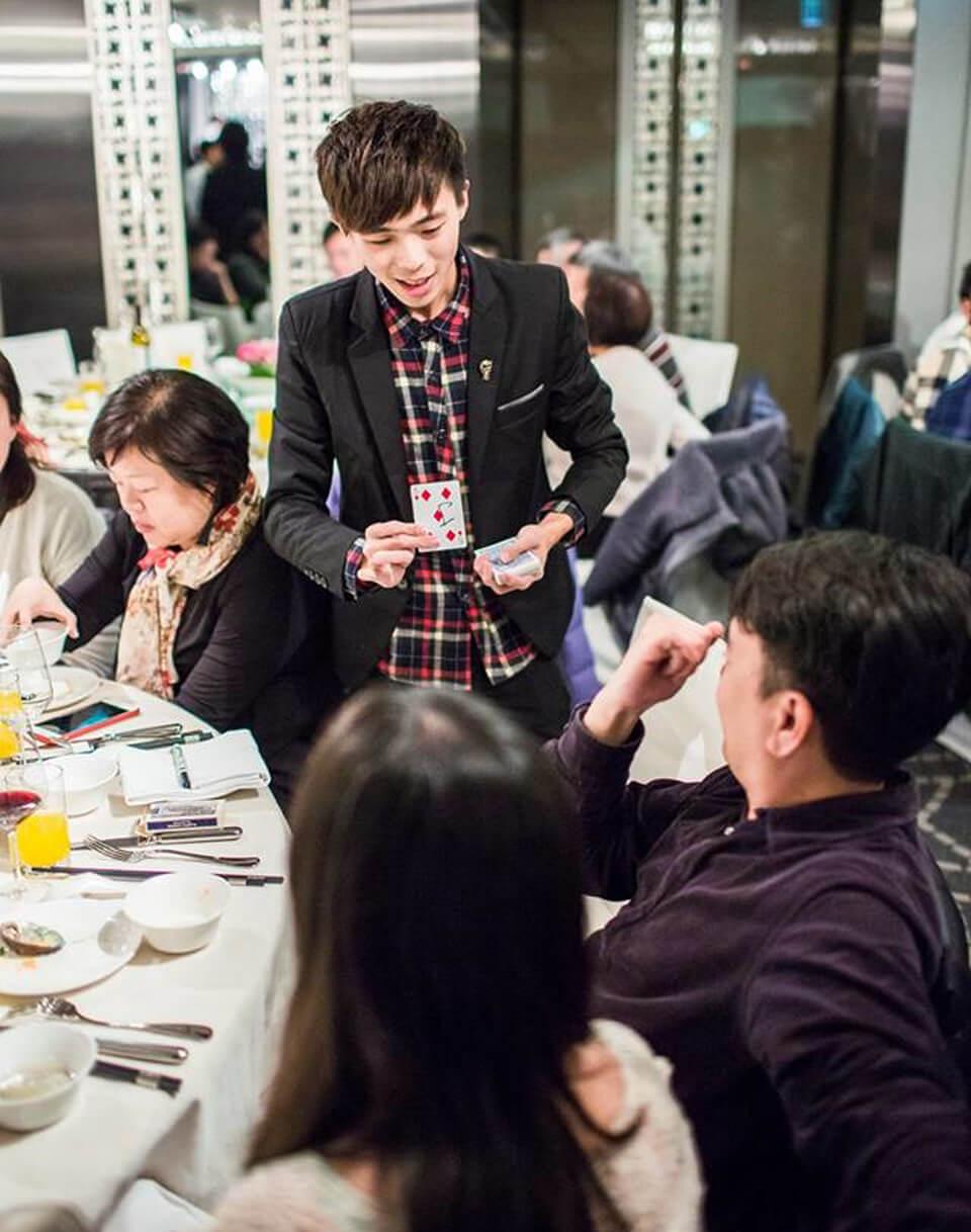 由於現場桌數將近50桌,米爾可擔心可能有些賓客會因為時間關係,沒辦法享受到近距離魔術的視覺饗宴