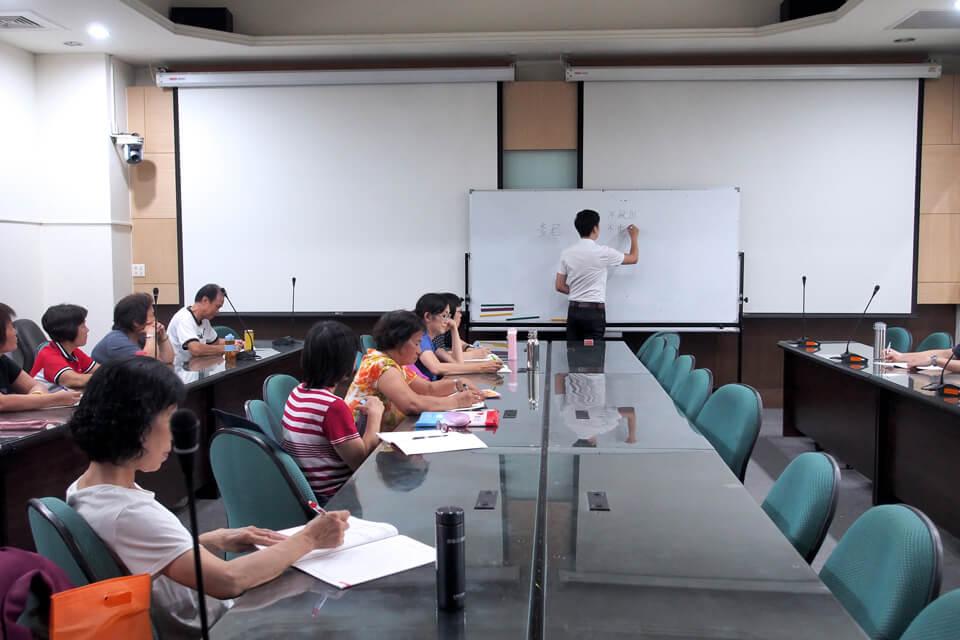 一開始上課當然要先講解一下魔術的基本觀念,學員都很聚精會神在做筆記呢