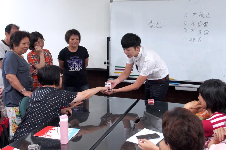 萬眾矚目的魔術教學登場,由查尼老師示範魔術表演