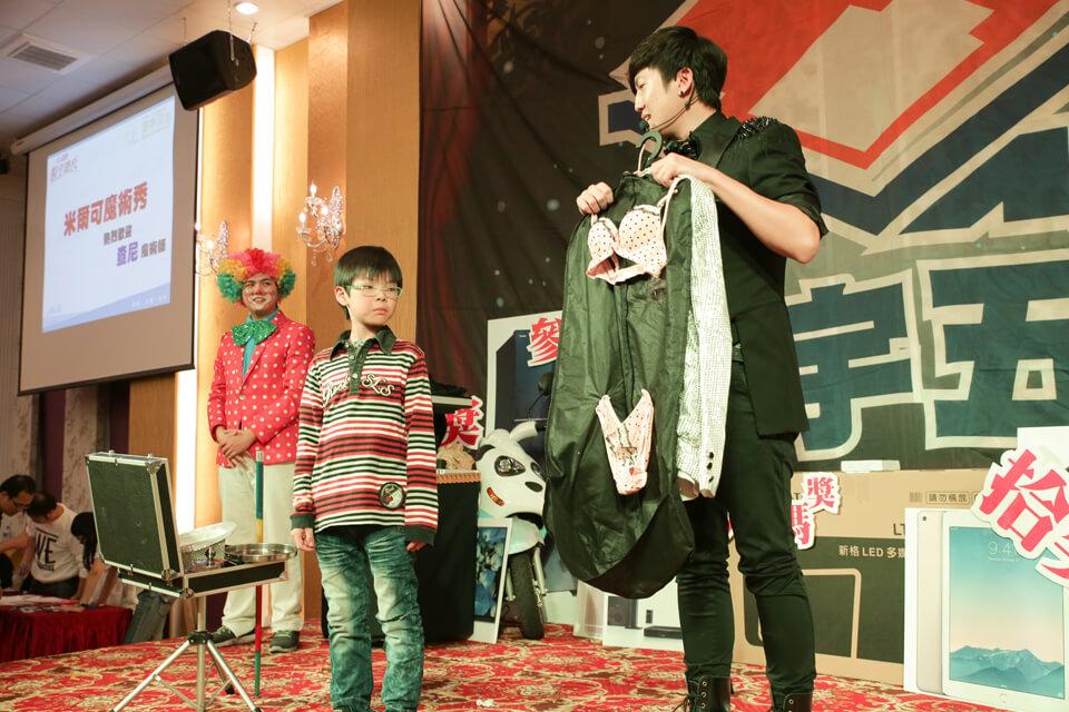 接下來查尼又邀請了一名員工的小朋友上台,小朋友別緊張~等等就是要穿這一套拉~