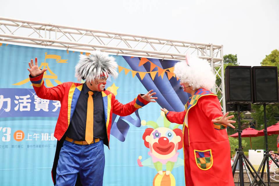 我們一次出動了總共有8位小丑表演,分成兩隊人馬,個個輪番上陣,PK較勁
