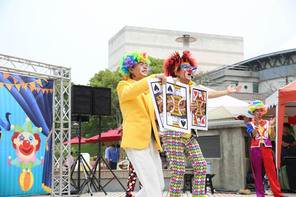 首先上場的是魔術表演秀,兩人一進一退之間,手上的三張大牌居然來回變換啊!!