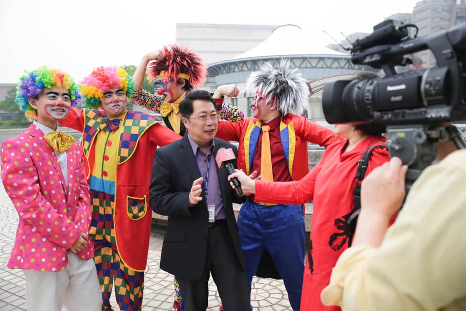 這麼盛大的宴會,當然少不了媒體的專訪報導
