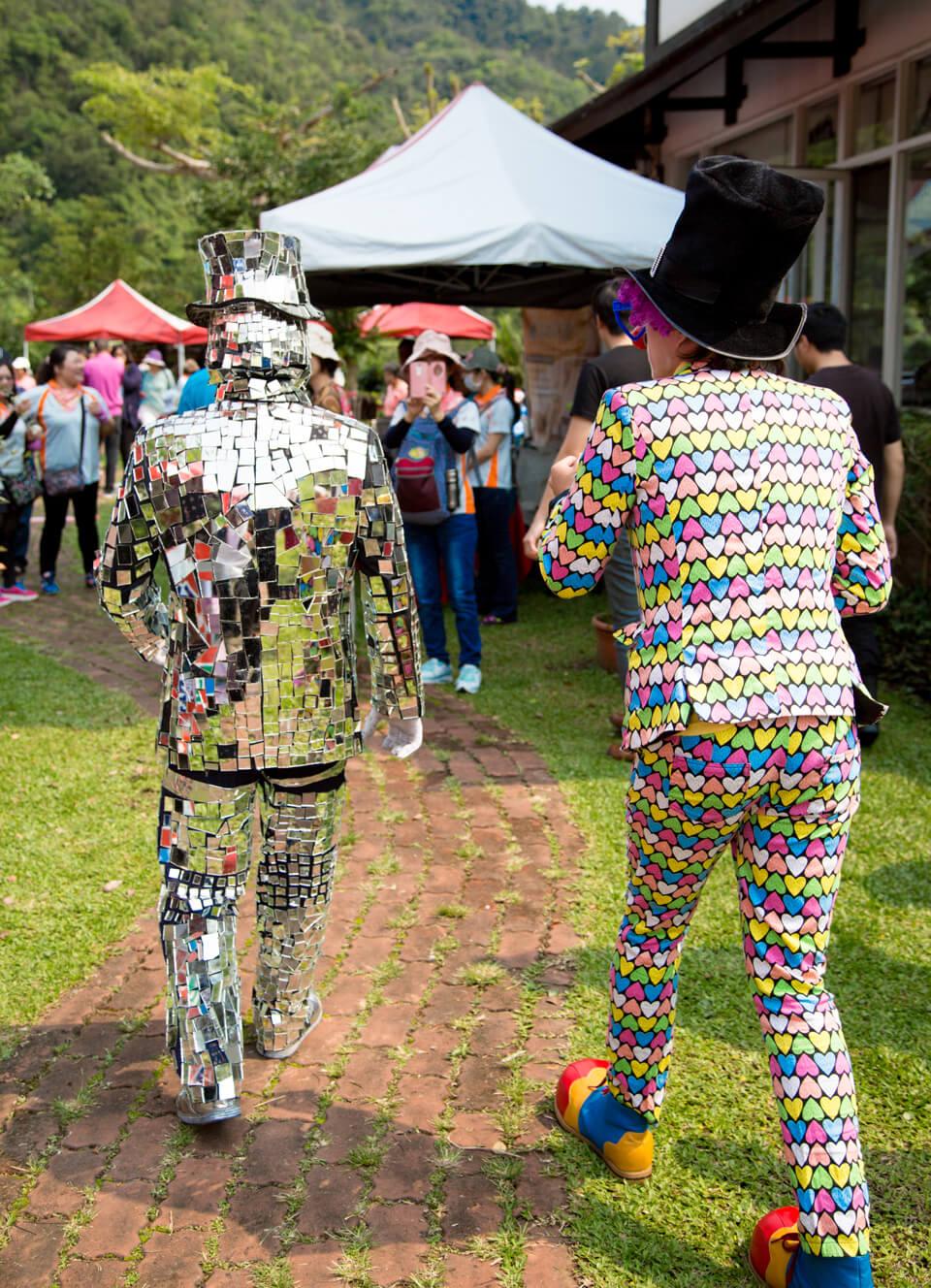 俏皮又略帶性感的兩個背影是誰啊??原來是全身由鏡子組成的鏡面人行動雕像,以及他的好夥伴...瘋瘋癲癲又可愛的小丑先生啊