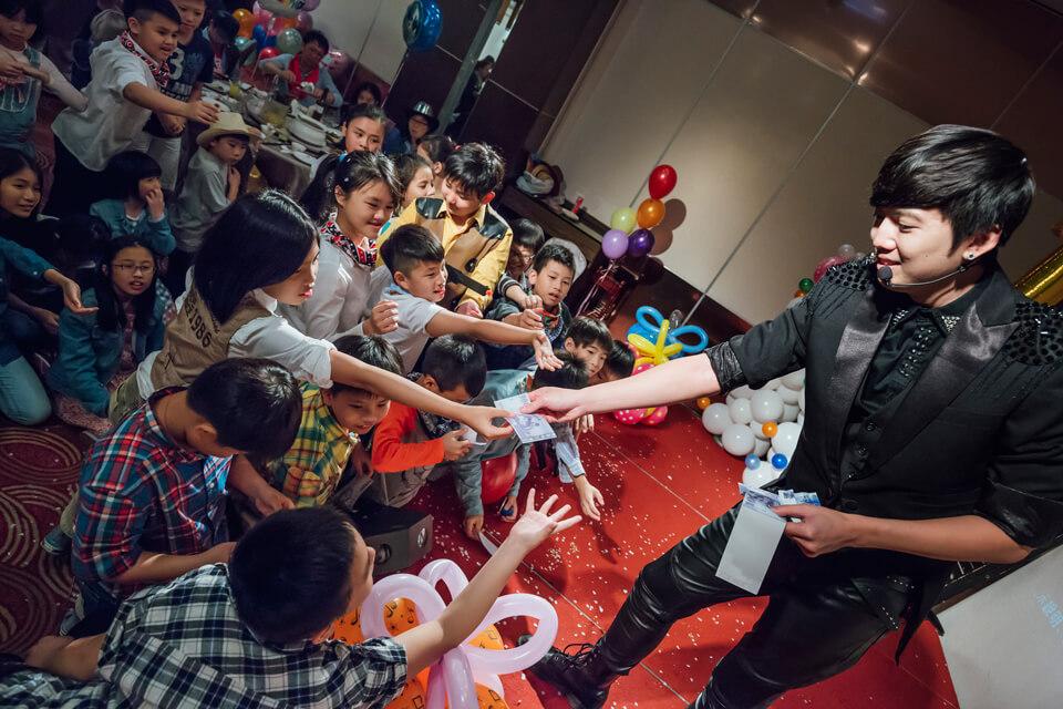 今天查尼不只要來變魔術~還要來教現場的小朋友一個生活小魔術喔!