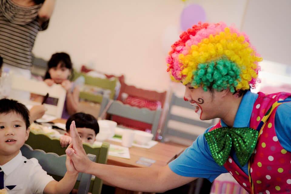 今天小丑哥哥要來幫可愛的小壽星過生日囉!不只小壽星,連他的同學朋友們也可以一起參加生日派對同樂哦