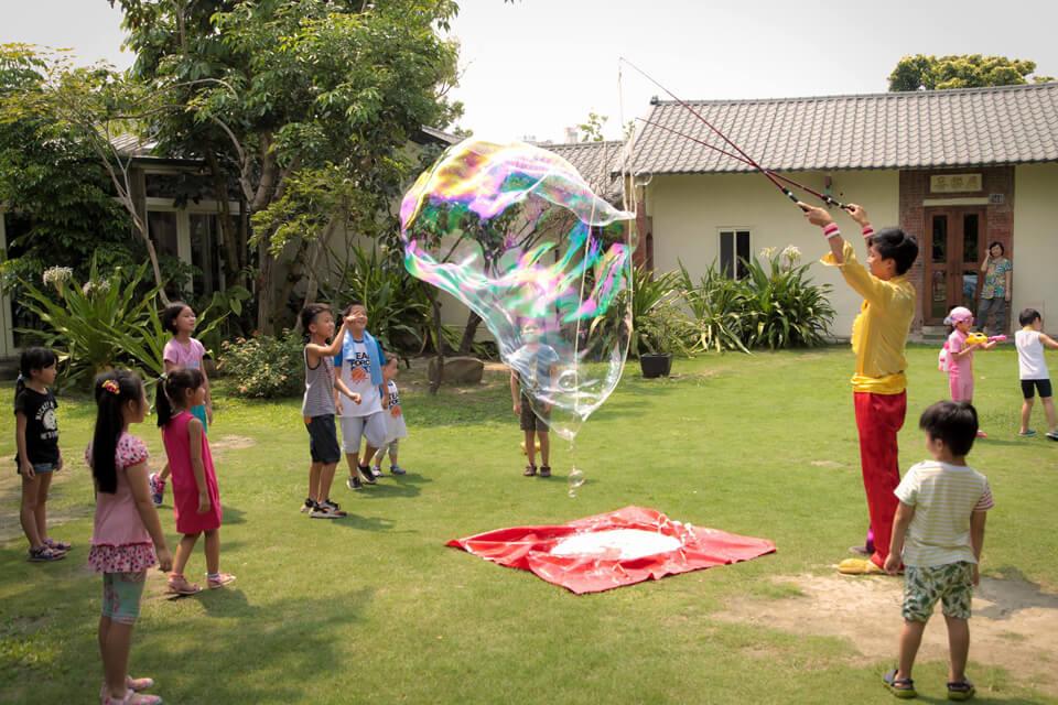 我們的魔幻泡泡秀大師早已在外恭候多時,天氣非常晴朗,在這耀陽下,每顆泡泡就顯得更閃閃動人了