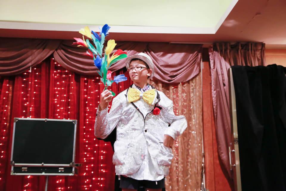 小小魔術師首次登台...看來他對於自己變出來的東西充滿疑惑...