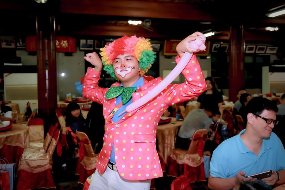 鐺鐺鐺鐺,鈴聲響起,首先上場的是小丑表演