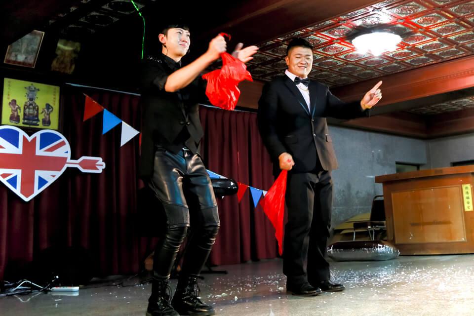 一場完美的魔術表演,當然少不了與現場來賓互動,而現在在台上的不是別人,正是我們帥氣的新郎倌本人!