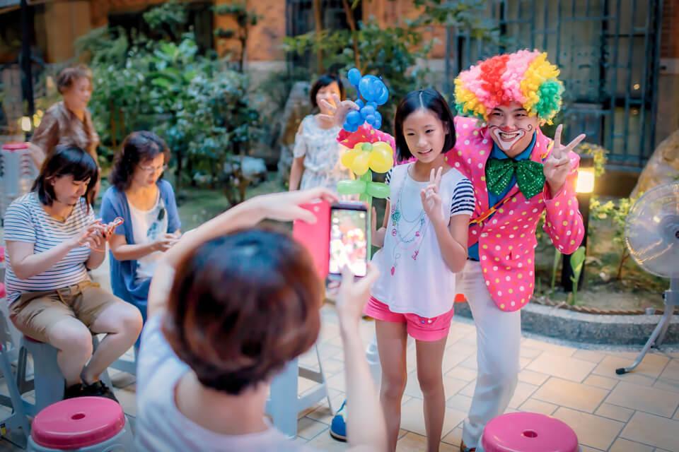 米爾可魔術表演出動可愛的小丑哥哥來到頤和園社區,要來幫社區的住戶們一起歡樂過中秋囉