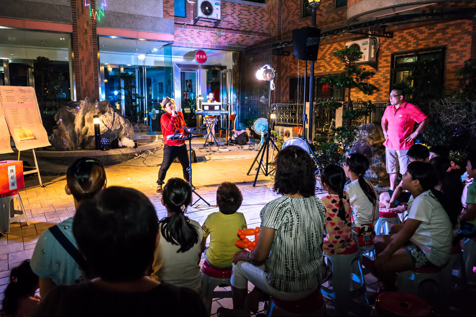 我們的樂團主唱也身兼活動主持人,那動人的音嗓,更是弦弦扣人!