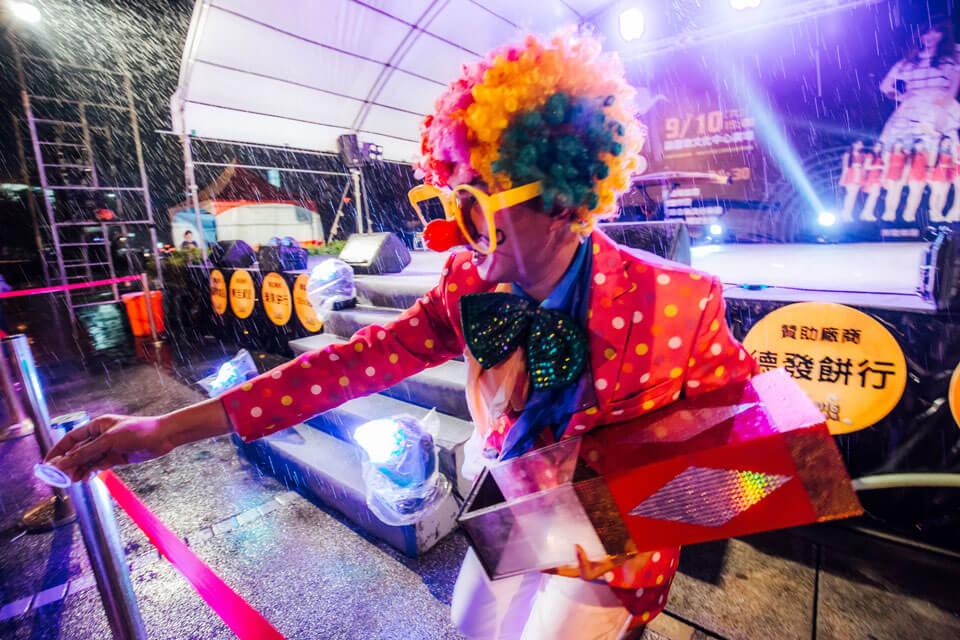 小丑哥哥真的是非常敬業,就算全身淋濕,也必須全場演出