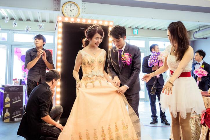 就在魔術表演快結束的時候,新娘準備好要二次進場啦