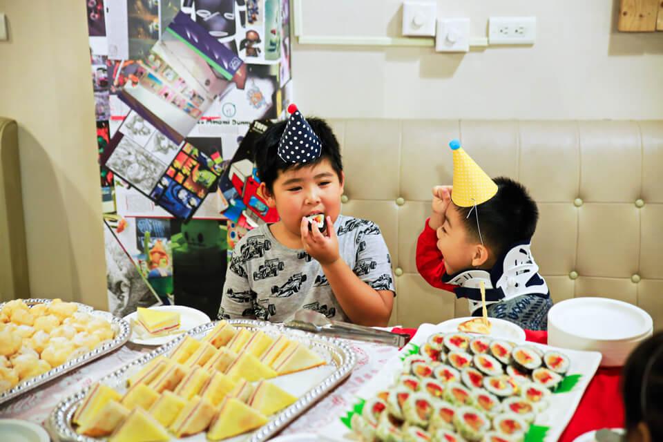 看著這位小朋友吃著壽司的樣子,真的是讓人覺得幸福又有點肚子餓...