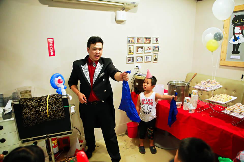 由於這場派對魔術的觀眾不多,所以能夠跟魔術師近距離接觸的機會大幅提升