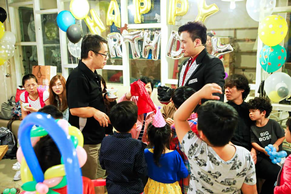 魔術師除了跟小朋友們互動以外,也會跟現場大人們互動喔