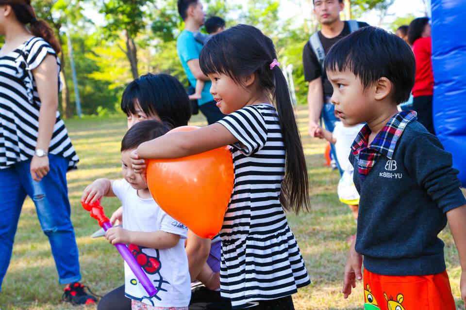 除了發送造型氣球以外,小丑哥哥也會不定時的進行一些魔術表演