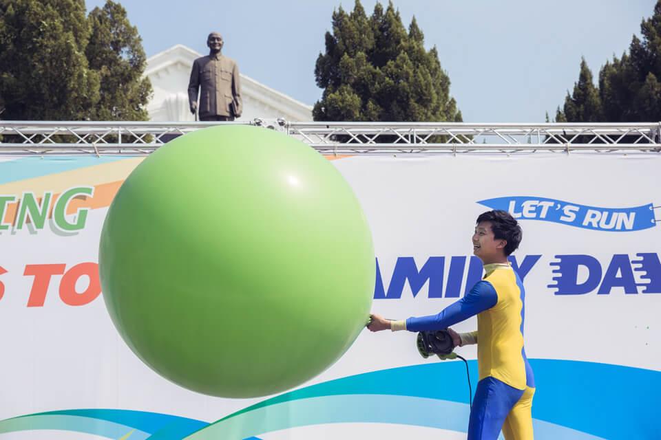 我沒有看錯吧?哪裏來這麼大顆的大氣球!