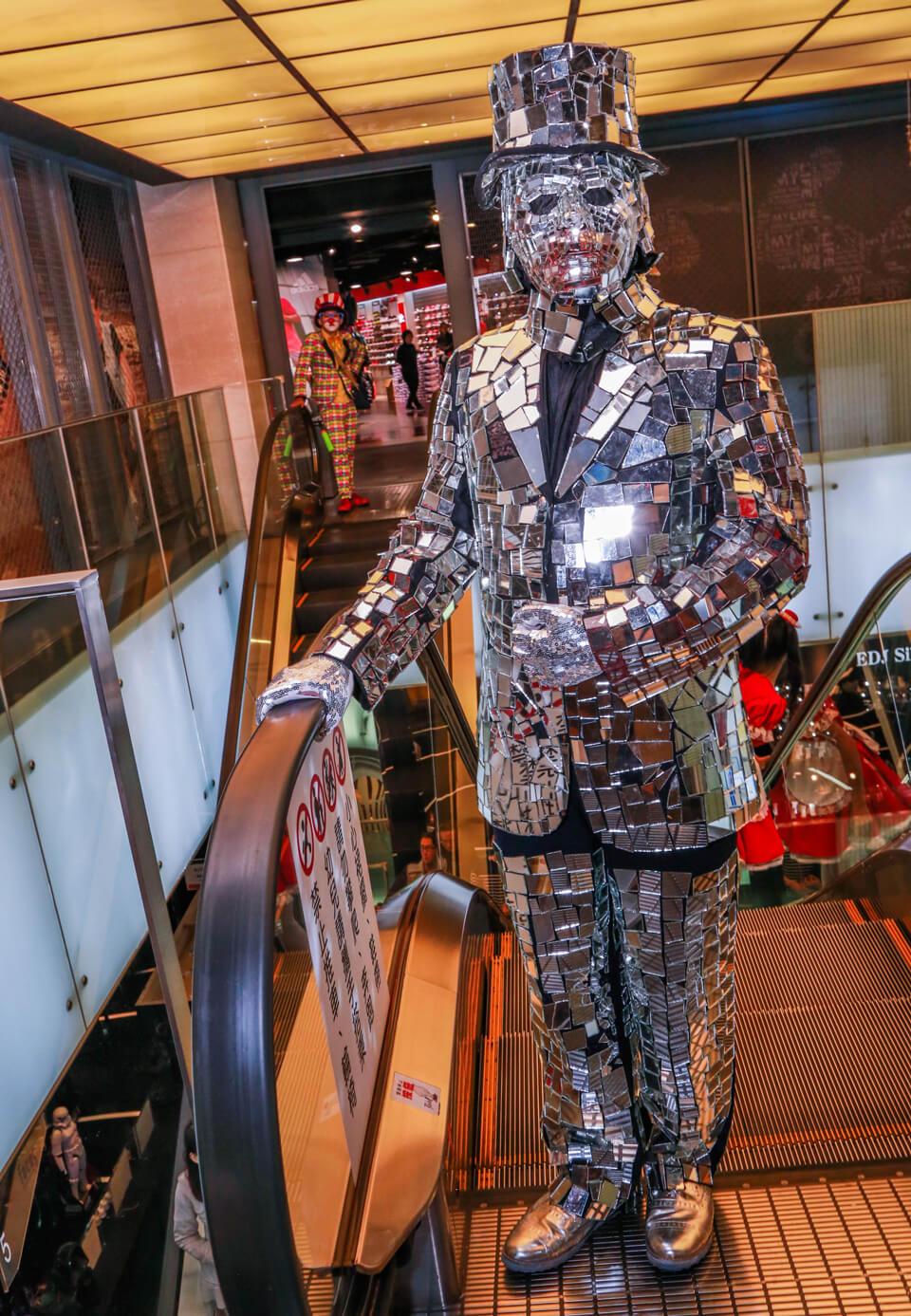 鏡面人先生站在大樓的門口,非常吸睛的他吸引了大量路過的遊客一起拍照
