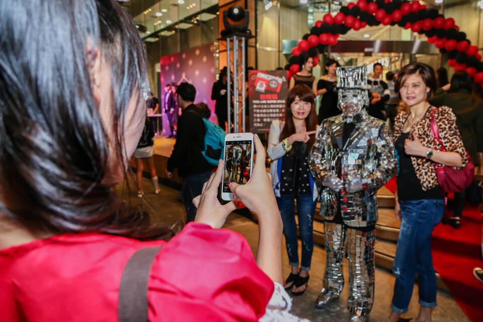 位於台南的FOCUS流行時尚館的VIP之夜來臨!!米爾可出動近距離魔術表演、小丑哥哥、鏡面人行動雕像來助陣