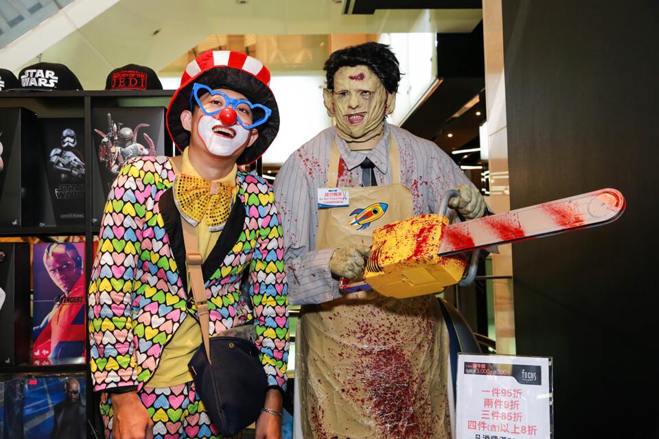 為什麼可怕的電鋸殺人魔站在小丑哥哥旁邊,就變得有點喜感了呢XDD