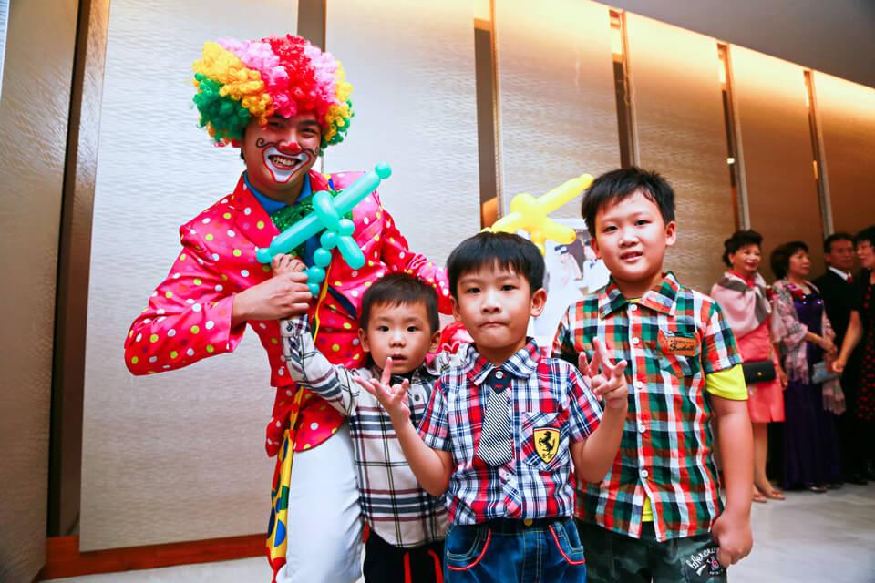 大喜之日當然少不了歡樂的小丑哥哥,米爾可魔術表演娛樂企劃特地派出小丑哥哥,跟比較早到會場的小朋友們玩耍噢