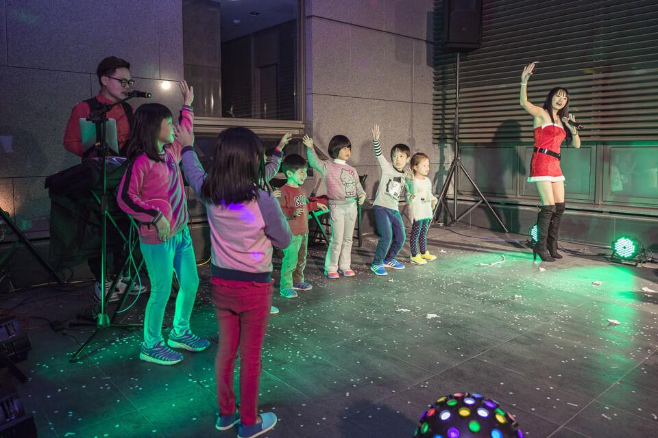 節目的最後,美女主持人帶著現場的小朋友們帶動跳