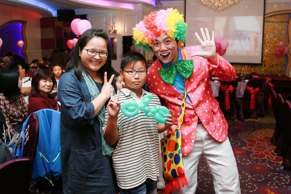 今天米爾可魔術表演娛樂企劃的小丑哥哥來到了世岳&欣怡的婚禮現場,提早到場的小朋友們有福啦