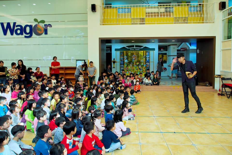 米爾可魔術表演團隊今天來到了幼兒園?!!在這個競爭的時代,多元化的技能已經成為了不可或缺的存在