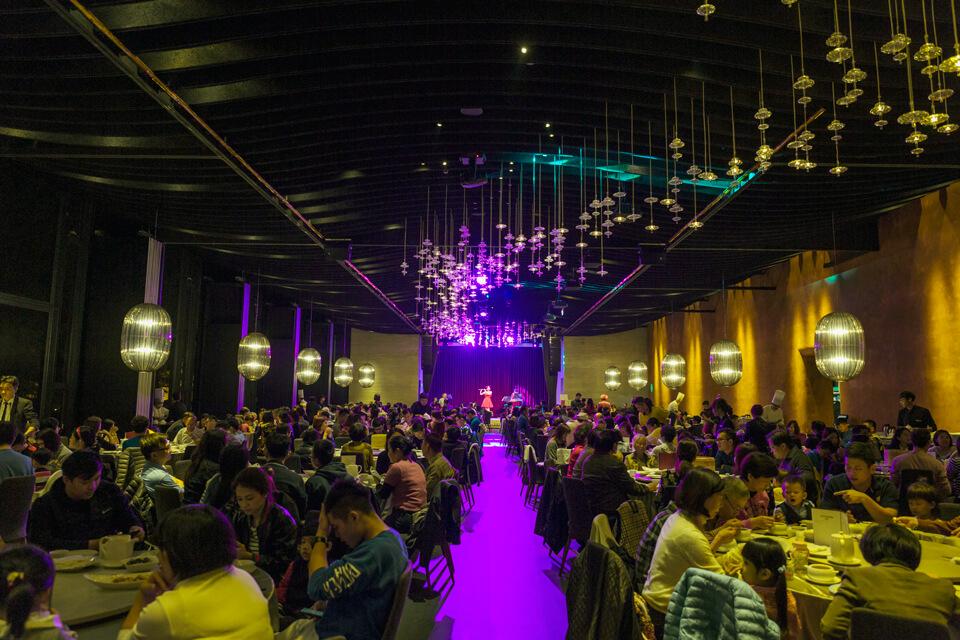 今天米爾可魔術表演團隊來到了与玥樓餐廳,要來跟大家一起聖誕晚會狂歡夜啦