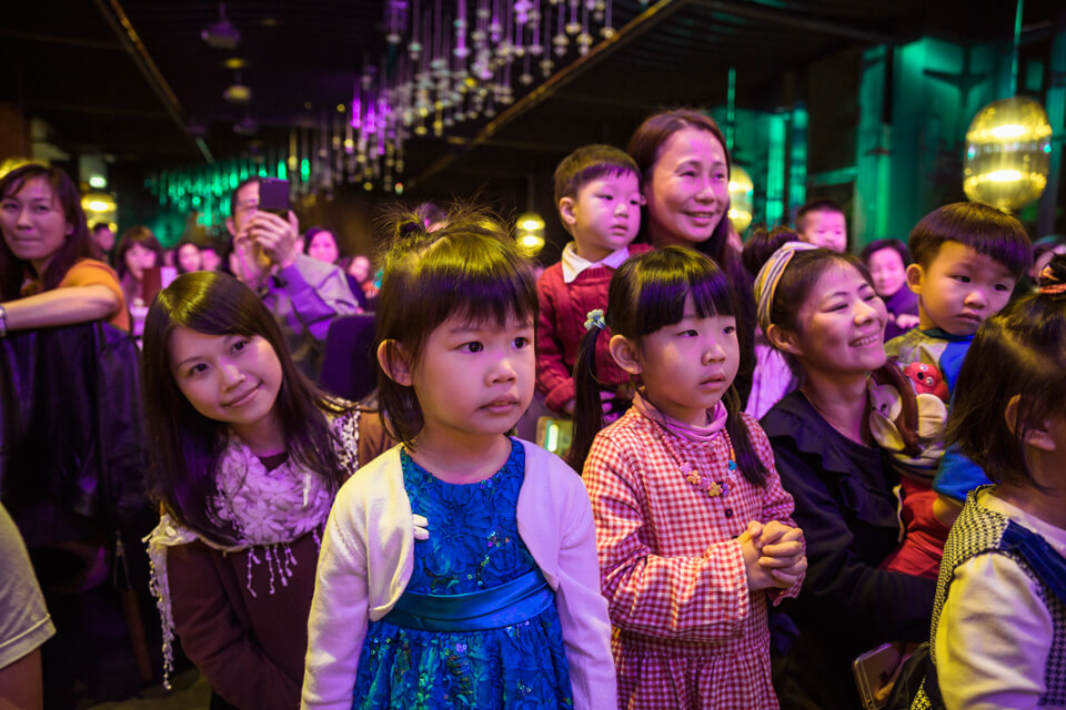 瞧這小妹妹看魔術秀看得多麼入迷