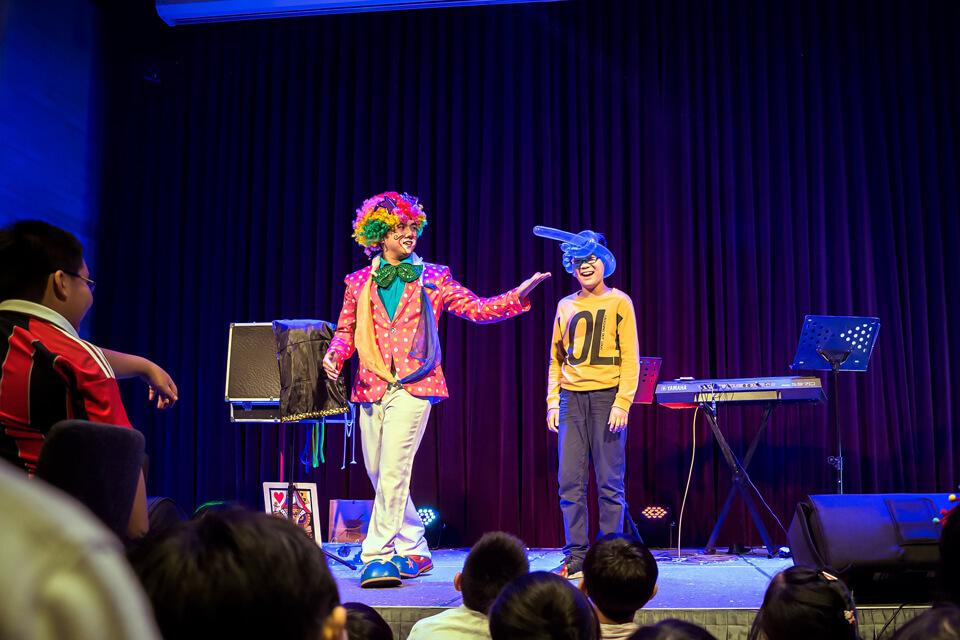 小丑哥哥馬上幫上台的這位弟弟做了一頂帽子