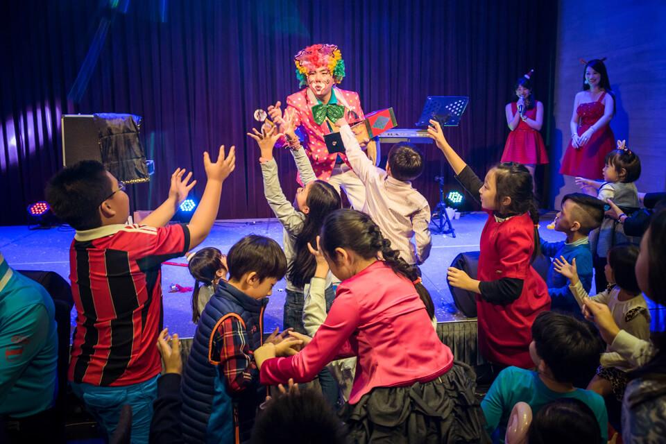 小丑哥哥在最後的一個魔術表演會變出糖果,並且發送給現場的小朋友們