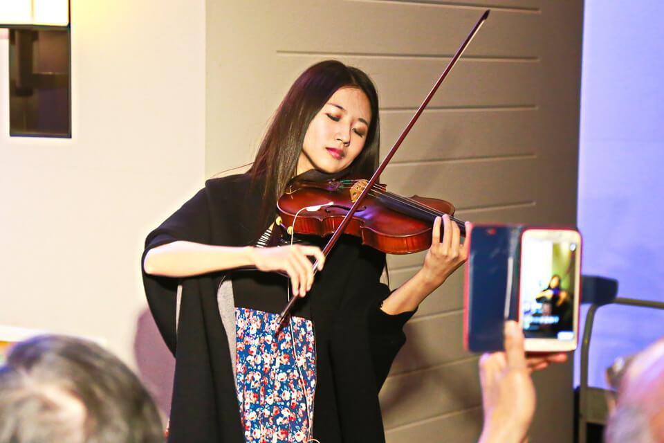 我們的樂團表演小提琴手老師不只漂亮,演奏出來的音樂也是一等一的