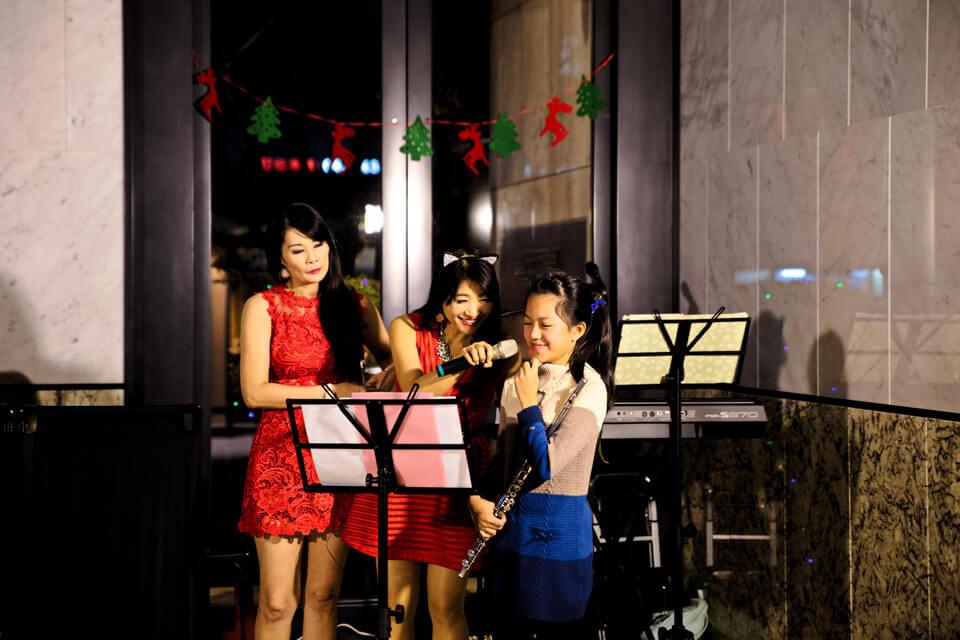 今天米爾可魔術表演團隊安排的美女主唱,同時也是這場聖誕晚會的活動主持人