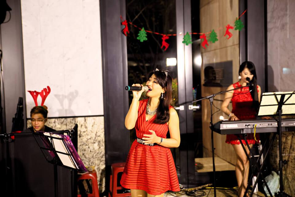 在這個愉快的佳節夜晚,來一首應景的聖誕歌曲