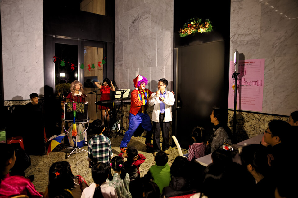 小丑先生邀請了一位帥爸爸上台