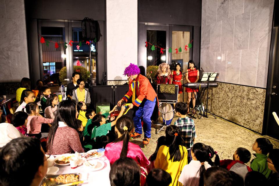 全台灣應該只有我們這一位小丑先生,可以邊溜直排輪邊表演呢!!