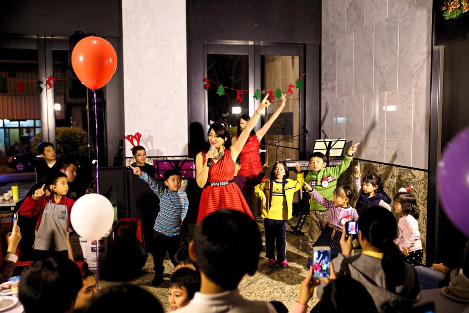 節目的最後,我們的美女主持人要邀請各位小朋友上台