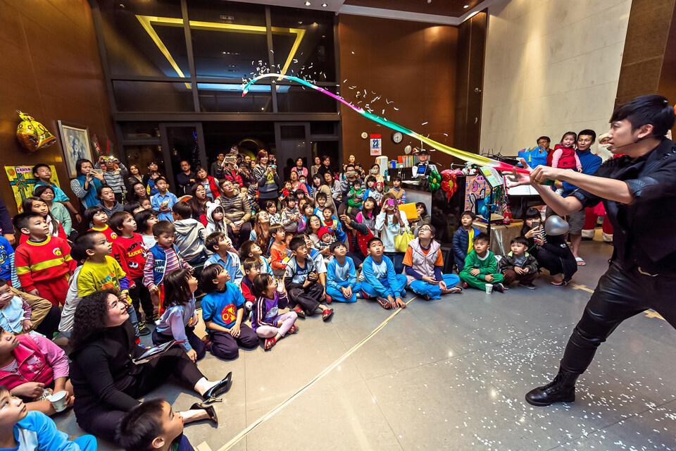 每個小朋友都非常仔細的盯著魔術師看,深怕錯過了精彩的一幕